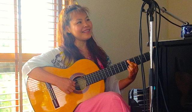 カフェフェリシダージ代表、シンガーソングライターのsatoko