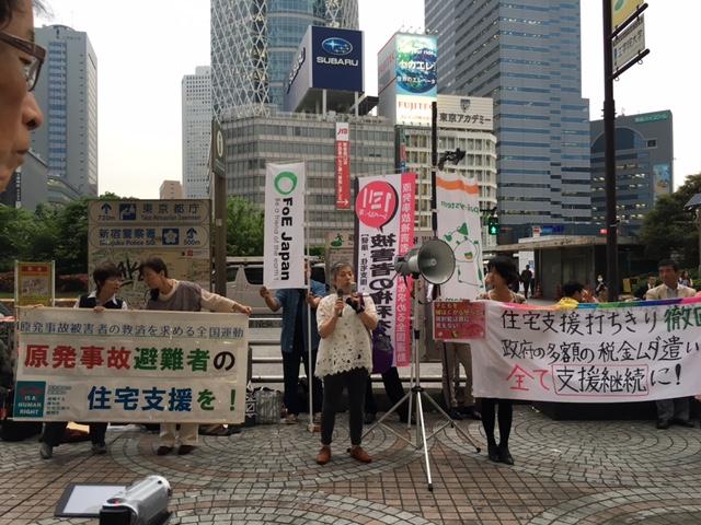 避難者の住宅支援の継続を求めて新宿駅西口前で街宣