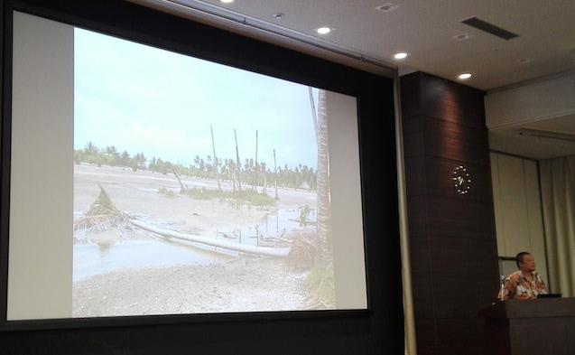 キリバスではヤシの木が海水に侵食されている